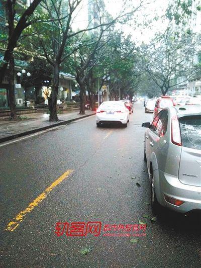 意外事故现场傍晚时违规停车现象严重